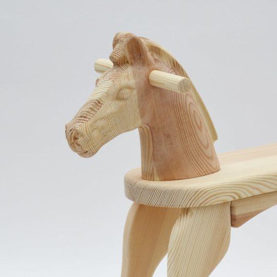 Cheval à bascule en bois complètement naturel