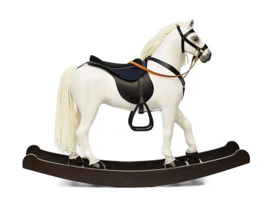 Le cheval à Bascule en Bois grand Royal Spinel de couleur blanc est équipé d'un harnais de cuir et d'une selle