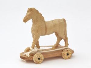 Dřevěný koník na kolečkách