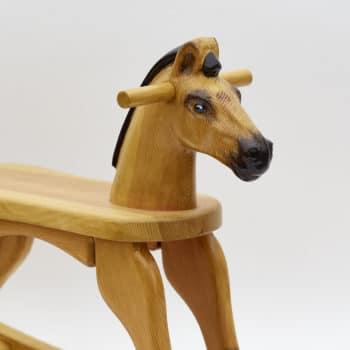 Dřevěný houpací koník v barevném provedení plavák - detail hlavy