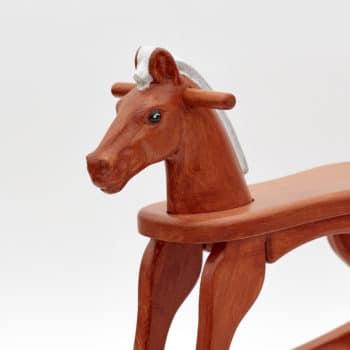 Dřevěný houpací koník v barevném provedení ryzák