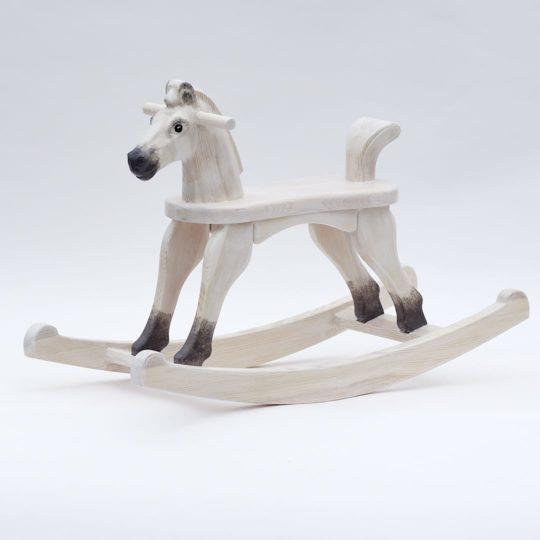 Dřevěný houpací koník v barevném provedení bělouš s ocáskem