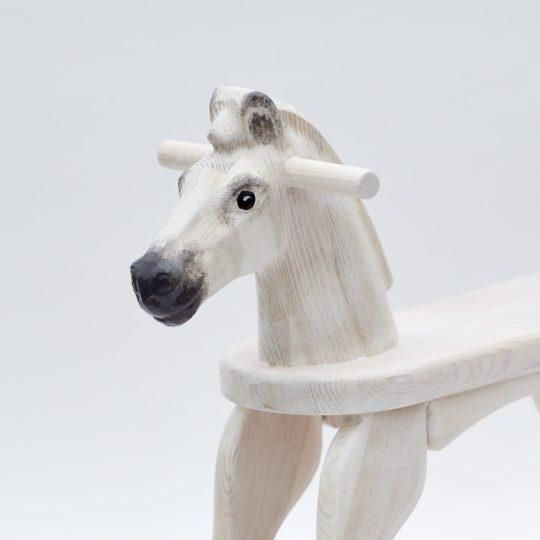 Dřevěný houpací koník v barevném provedení bělouš, hlava