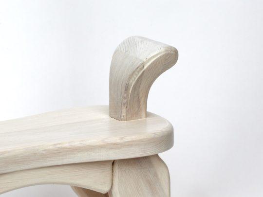 Dřevěný houpací koník v barevném provedení bělouš, ocásek