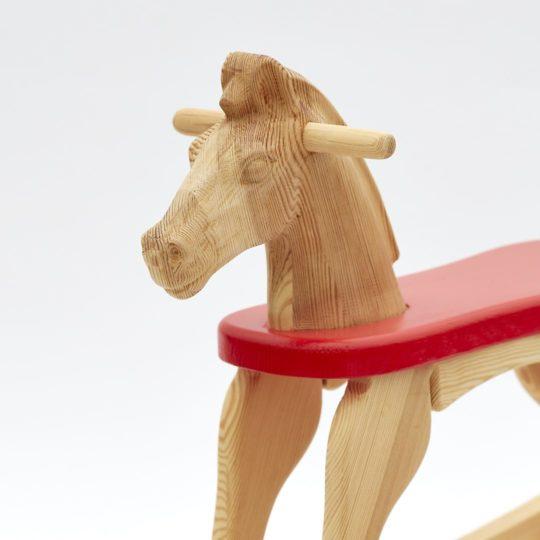 Dřevěný houpací koník přírodní s červeným sedátkem, detail hlavy