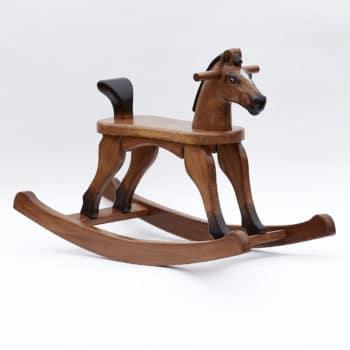 Dřevěný houpací koník v barevném provedení hnědák s ocáskem