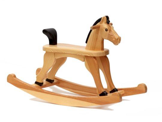 Dřevěný houpací koník v lakovaný s ocáskem