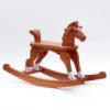 Dřevěný houpací koník v barevném provedení ryzák s ocáskem