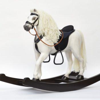 Největší kůň z naší dřevovýroby - Čenda 53, zde malovaný jako bělouš
