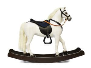 Velký dřevěný houpací kůň v barevném provedení bělouš s koženým sedlem a postrojem