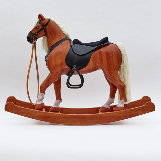 Velký dřevěný houpací kůň Čenda 53 v barevné provedení ryzák vybavený koženým postrojem a sedlem