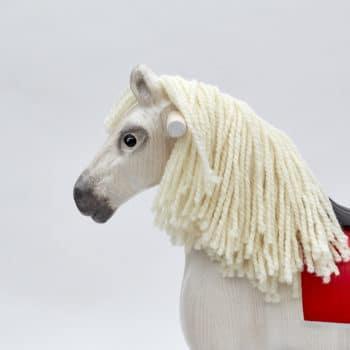 Detail hlavy dřevěného houpacího koně Čenda 39, barevné provedení bělouš