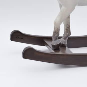 Detail kopýtek dřevěného houpacího koně Čenda 53, barevné provedení bělouš