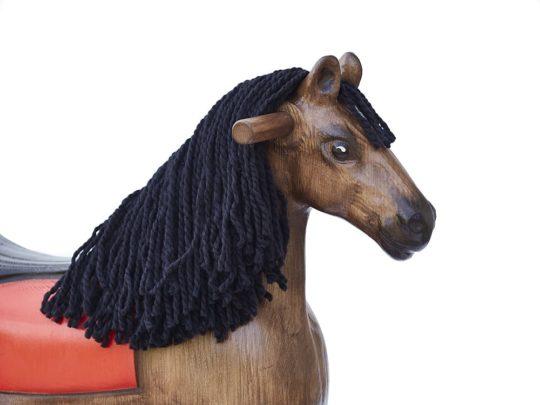 Detail hlavy dřevěného houpacího koně Čenda 39, barevné provedení hnědák