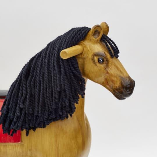 Detail hlavy dřevěného houpacího koně Čenda 39 v barvě plaváka