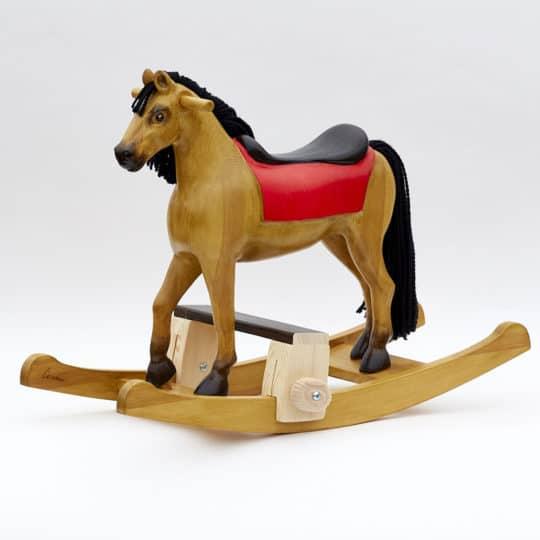 Houpací kůň vyrobený z borového dřeva nabarvený jako plavák s podstavcem pod nohy dítěte