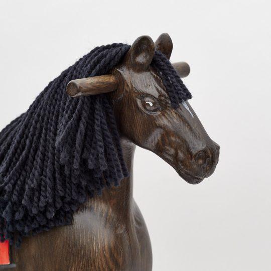 Detail hlavy dřevěného houpacího koně Čenda 39, barevné provedení vraník