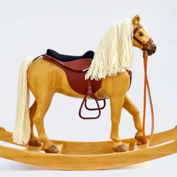 Velký dřevěný houpací kůň, barevné provedení izabela