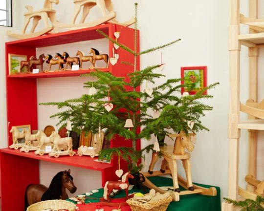 Vánoce s dřevěnými houpacími koníky