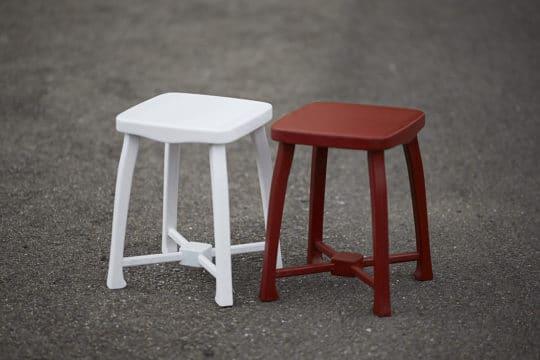 Bílá a červenohnědá dřevěná stolička