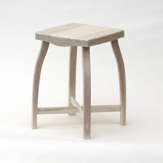 Bílá stylová dřevěná stolička