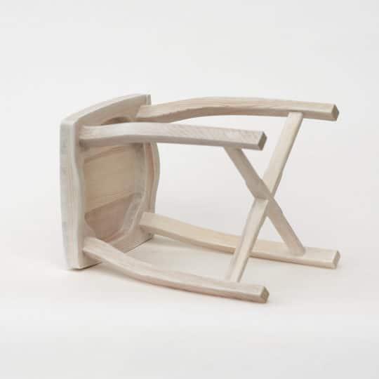 Bořní pohled na dřevěnou stoličku bílou
