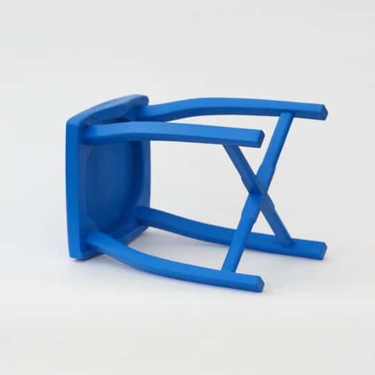 Bořní pohled na dřevěnou stoličku modrou