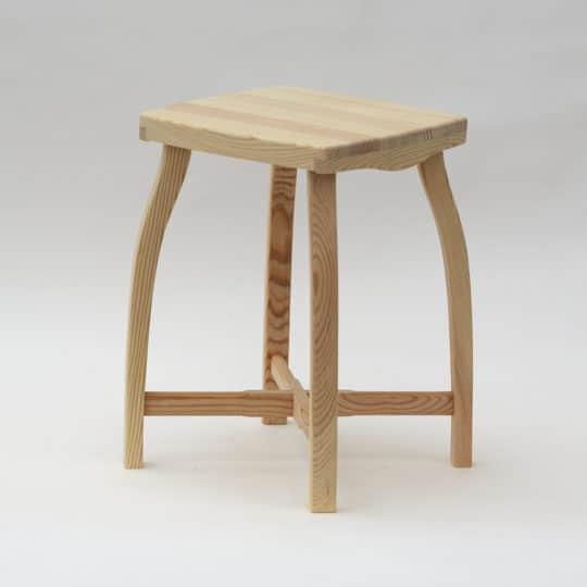 Stylová dřevěná stolička s přírodním povrchem
