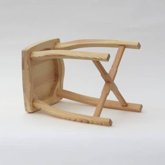 Bořní pohled na dřevěnou stoličku s přírodním povrchem