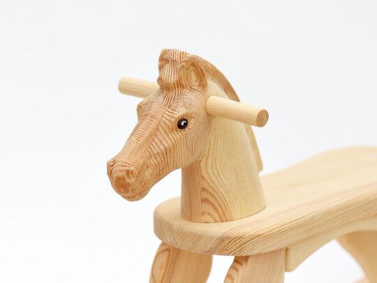 Pohled na hlavu houpacího koníka s přírodní povrchovou úpravoua nabarvenýma očima