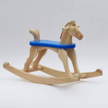Dřevěný houpací koník přírodní s modrým sedátkem v provedení s ocáskem