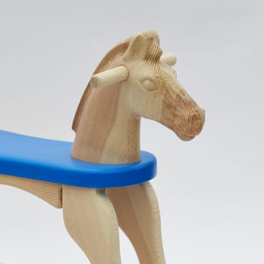 Pohled na hlavu houpacího koníka přírodního s modrým sedátkem