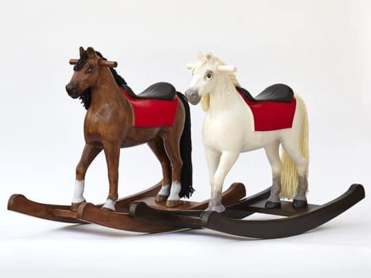 Dvojice dřevěných houpacích koňů střední velikost v barvách hnědáka a bělouše
