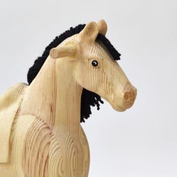 Detail hlavy dřevěného houpacího koně Čenda 39, přirodní povrch
