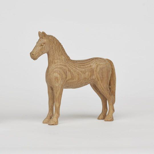 Tvarovaný koník vyrobený z dubového dřeva