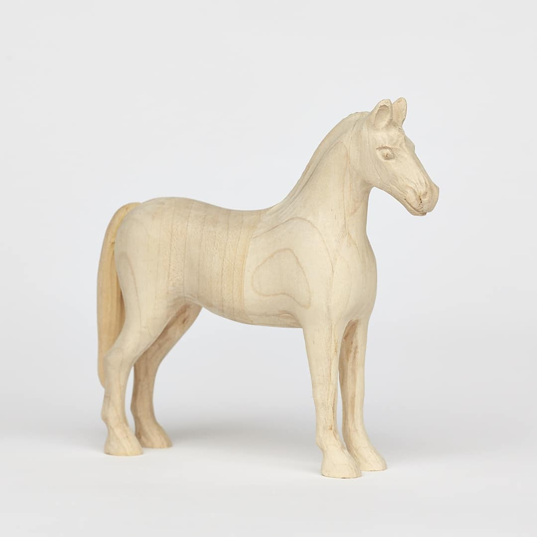 Tvarovaný dřevěný koník vyrobený z javoru