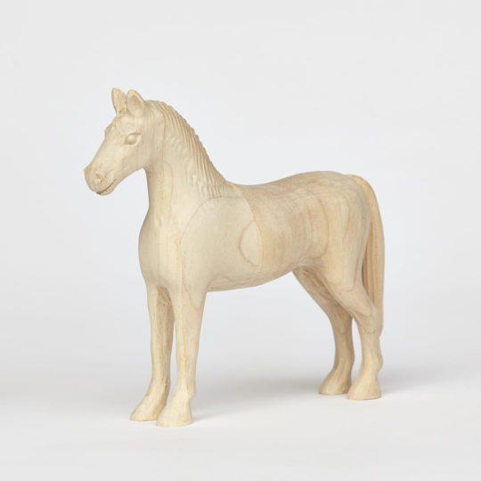 Tvarovaný koník vyrobený z javorového dřeva