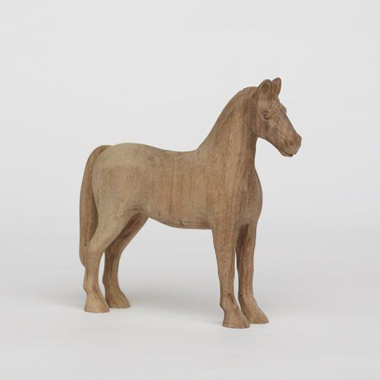 Tvarovaný koník vyrobený z ořechového dřeva