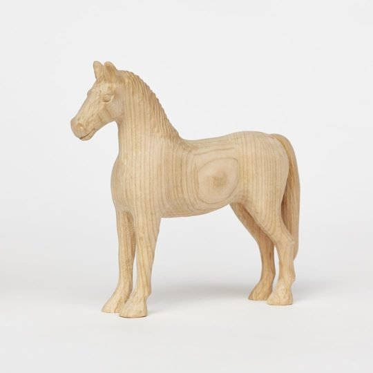 Tvarovaný koník vyrobený z třešňového dřeva