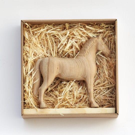 Achal 15 třešňový v dárkové krabičce usazený v dřevěných hoblinách