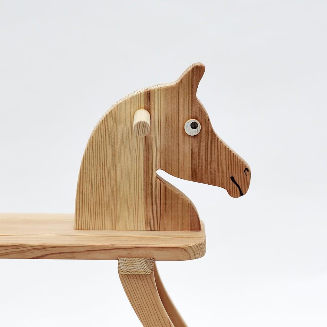 Celodřevěný houpací koník, pohled na hlavu