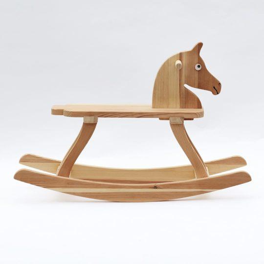 Celodřevěný houpací koník, boční pohled