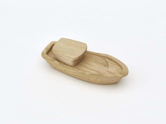 Dřevěná loďka s kajutou