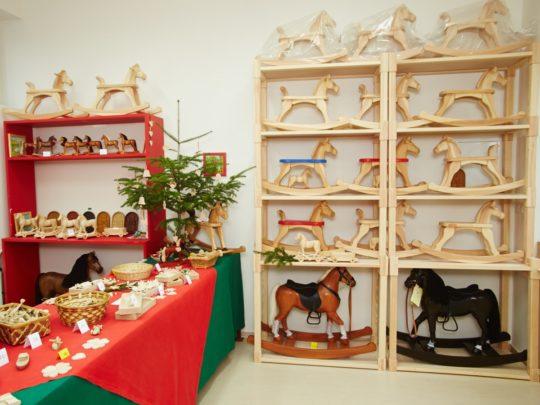 Naše podniková prodejna s houpacímu koníky a dalšími dřevěnými výrobky