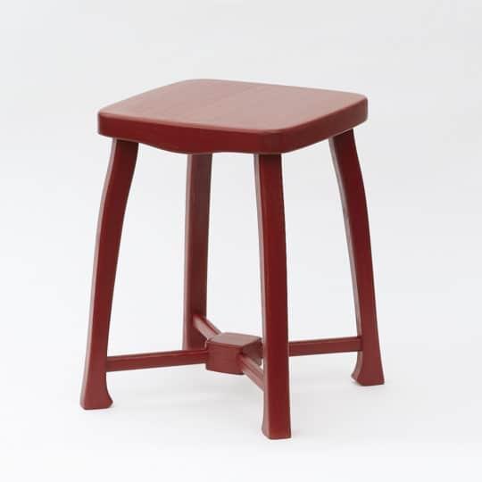 Dřevěná stolička lehké, ale robustní konstrukce