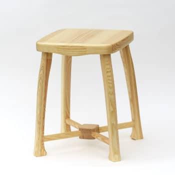Dřevěná stolička s nosností120 kg a lakovaným povrchem