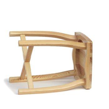 Elegantní, jednoduchá a lehká stolička vyrobená z borového dřeva.