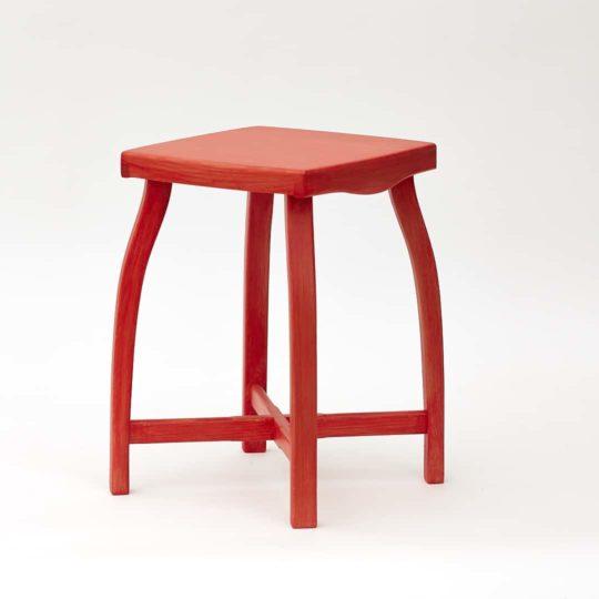 Elegantní, jednoduchá a lehká stolička vyrobená z borového dřeva. Červeně barvená.