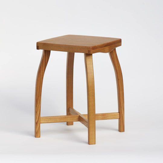 Elegantní, jednoduchá a lehká stolička vyrobená z třešňového dřeva.
