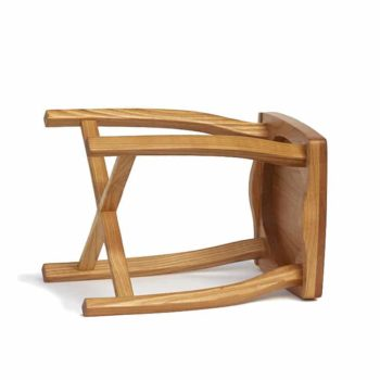 Elegantní, jednoduchá a lehká stolička vyrobená z třešňového dřeva. Boční pohled.